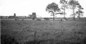 Op deze vanachter de Stationsweg gemaakte foto zijn de wieken van Nauta's schorsmolen al verwijderd. Tot 1942 bleef de molen als