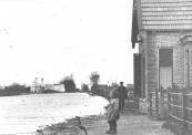 Het huis rechts werd bewoond door de directeur van de gemeentelijke gasfabriek (de Vulcano). In een natte herfst stond het vaartwater soms tot aan de vorgevel.