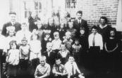 Gereformeerde school 1933. Bovenste rij v.l.n.r.: Meester v.d. Weij, Sietske v.d. Weij, Rikus v.d. Weij, Jeltje Cnossen, Piet de Vries, Meester L.Veerman. 2e rij: Sijmen Hoekstra, Albertje v.d. Weij, Meindert Hoekstra, Froukje Cnossen, Jeltje Hiemstra, Hendrikje de Haan, Klaas de Vries, Alie de Vries, Meint v.d. Weij, Albertje v.d. Weij, Gea de Vries, Juf. Buma. 3e rij: Sjoukje v.d. Weij, Henk v.d. Weij, Janke v.d. Weij, Trijntje Boltjes, Wiebe de Vries, Geert de Vries, Henk v.d. Weij. 4e rij: Bouwe Cnossen, Jan v.d. Weij (van meester). 5e rij: Geert de Vries, Jan v.d. Weij, Rikus v.d. Weij.