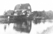 De groentenkwekerij van Jan van der Wal en zijn zonen Sietze en Klaas aan de westkant van de Vaart. Het bedrijf werd in 1841 gesticht door Aldert Jans van Dam.