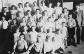 Gereformeerde school 1932. Bovenste rij v.l.n.r: Meester v.d. Weij, Rini de Raad, Griet Numan, Jissel Andringa, Albertje v.d. Weij, Geeske Numan, Wietske Hospes, Juf Benis, Meester L.Veerman. 2e rij: Jan v.d. Weij, Bouwe Cnossen, Hepke Geertsma, Mient v.d. Weij, Jaap Hospes, Hette v.d. Wal, Yt Brondinga, Luitzen v.d. Wal, Sietse Holtrop. 3e rij: Jan Andringa, Siebe Jan Numan, Fokke Houtsra, Sjouke Geertsma, Oene Hospes, Henk v.d. Weij, Broer v.d. Weij. 4e rij: Ietje Numan, Sietske Braam, Trijntje Boltjes, Sietske Geertsma, Betty Stobbe, Froukje Hospes. 5e rij: Jan Klijnstra, Gerrit Holtrop, Jan de Raad, Gerrit de Raad.