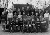 Openbare Lagerschool Kortezwaag voorjaar 1960. V.l.n.r. achter: Murk Brouwer, Hannes Bergsma, Fokke Veenstra, Jan Talsma, Hendrik Hijlkema, Jan Bleeker, Hendrik Coehoorn, B.Wapstra. 2e rij: Sjoukje Hielkema, Trijntje Post, Bonnie Duursma, Hiltje van Dam, Grietje Krist, Geertje Duursma, Grietje Hoen, Nienke van Dam, Hiltje Pultrum, Akke Rinsma. Voor: Jacob v.d. Bij, Sietse v.d. Spoel, Wobbe Rozenberg, Hotze v.d. Vliet, Riekus Bergsma, Jan Velde, Piet Stoelwinder, Jopie de Vos, Hendrik v.d. Bosch.