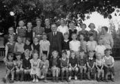 Openbare Lagereschool Kortezwaag 1954. Boven v.l.n.r.: Baarda (tijdelijk Onderwijzer), Hieke Spijkman, Hille Houwing, Saakje Houwing, Annie Bakker, Oene Dijkstra, Geesje v.d. Woude, Tineke Pultrum, J.de Groot-Reinbergen. 2e rij: Harm Akkerman, Dirk Pultrum, Roel Klijnstra, Dries Akkerman, Pieter v.d. Spoel, B.Wapstra, Ekke Foppes, Anne Bakker, Anne Klijnstra, Sietse Klijnstra, Stoffel Bakker. Voor: Hille Klijnstra, ....Klijnstra, Jan Foppes, Geertje Stoelwinder, Henk Coehoorn, Hiltje Houwing, Dirk Coehoorn, N.N., Haitse Houwing, N.N., N.N., Jansje Akkerman.