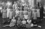 Openbare Lagereschool Kortezwaag 1941. Achter v.l.n.r.: Juf. T.de Jong-de Bildt, Rinze Hofstra, Sietse de Boer, Tjalling de Boer, Lubbert Eppinga, Jan Homans, Juf. Rozema, Juf de Groot-Reinbergen. 2e rij: Annie Bakker, B.Wapstra, Marie Dam, Wikje ten Hage, N.N., ....ten Cate. 3e rij: Doete Hoekstra, Luukje ten Hage, Imkje ten Hage, Meintje Hielkema, Zwaantje Homans, Geertje Hoekstra, Elske Eppinga, Aaltje Hielkema, Grietje Hoekstra. 4e rij: Anne Bakker, Joh. Brouwer en Jan ten Hage geknield. 5e rij: Imkje Bakker, Baukje Hoekstra, Hendrik Eppinga en Joke Foppes zittend.