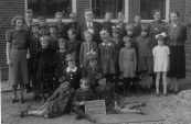 Openbare Lagereschool Kortezwaag 1939. V.l.n.r. achter: Klaaske Riedstra, Harm Bijlsma, Imke Post, Jan v.d. Wijk, Willem van Dijk, B.Wapstra, Cornelis v.d. Sluis, Abel Moll, T.de Jong-de Bildt, J.de Groot-Reinbergen. 2e rij: Baafke en Sjoukje Moll, Jansje Foppes, Uilkje Koopmans, Bertha Moll, Janke en Piertje Hoen. 3e rij: Joke Foppes, Marie Schaap, Anna v.d. Sluis, Pietje Braam,. Knielend: ...van Dijk, Janke Kromsigt. Voor: Ietje Vollema, Thijs Braam en Annie Vollema.