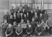Openbare Lagereschool Kortezwaag 1936. Boven v.l.n.r.: Henk v.d. Wijk, Bart Hoekstra, Henk v.d. Vliet, Tjamme de Wit, Roel Rozenberg, Jan v.d. Wijk, Koos Homans, B.Wapstra (hoofd). 2e rij: Zus v.d. Wijk, Sjollie Petter, voor haar Zusje Rudolphy, T.de Jong-de Bildt, Wikje v.d. Wijk, Ijpie v.d. Vliet, met voor hen Geesje, Annie en Rinske Simons, Geesje v.d. Woude, T.de Groot-Reinbergen, Wiepkje de Wit, Sietske Rozenberg. 3e rij: Jan Stuiver, Joh. Staphorsius, Albert Hoekstra, Henk Rudolphy, Joh. Homans, Sieb Staphorsius. Voor: Joop v.d. Woude, Jacob Stuiver, Roelof Hoekstra, Harm Petter.