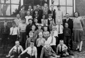 Openbare Lagereschool Kortezwaag 1932. Bovenste rij v.l.n.r.: Anneke Homans, Siep v.d. Wijk, Hinke v.d. Wijk, Aaltje Koen, Jantje Schotanus, Wietske Wissema. 2e rij van boven: Juffrouw J.de Groot-Reinbergen, Sjirkje Bijma, Anneke (Zus) Moll, Tinie v.d. Schoot, Jantje Blauw, Schoolhoofd W.de Haan, Juffrouw T.de Jong-de Bildt. 3e rij: Henny v.d. Schoot, Jan Homans, Jacob Bijma, Abel Blauw, Hans de Jong, Hannes Moll, Jan Koen, Hieltje Hofstra, George de Jong. 4e rij: Hiltje Bethlehem, ...van der Wijk, Wiekie v.d. Schoot, Wiebe Hofstra. 5e rij: Hendrik Hunneman, Rink Hofstra, Oene Hofstra. Geheel vooraan: Lute Bethlehem, Hannes Homans, Hillie Bethlehem, Haaye Bethlehem.