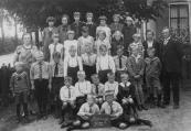 Openbare Lagereschool Kortezwaag 1928-1929. Bovenste rij v.l.n.r.: ....v.d. Werf, Siep v.d. Wijk, Geertje de Jong, Iepie de Jong, Anneke Homans, Annigje Kluitenberg, Renske Teijema. 2e rij: Juffrouw T. de Jong-de Bildt, Griet de Jong, Annie de Wit, Wietske Wissema, Sjirkje Bijma, Afke Teijema, ....Hemkes, juffrouw J.de Groot-Reinbergen, Schoolhoofd W.de Haan. 3e rij: Tjamme de Wit, Aldert Glastra, Roelke Bergsma, Wiebe de Roos, Jan Krikke, Jacob Bijma, Jacob Bergsma, Sake Rekker, Pier Hoekstra. 4e rij: Tjepke Hoekstra, Sjoerd de Roos, Jan Homans, Roel de Roos, Johannes Teijema. Geheel vooraan: Bart Hoekstra, Hannes Homans.