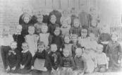 Een vroege foto van een klas van de Kortezwaagster Lagereschool. Namen onbekend.
