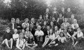 Openbare Lagereschool 1945-1946, naar Jeugdherberg Appelscha. Boven v.l.n.r.: Oene Vleeshouwer, Douwe Kussendrager, Tjibbe Wissema, Albert Alstein. 2e rij: Henk Kussendrager, Gerrit Pit, ''moeder'' Jeugdherberg, ''vader'' Jeugdherberg, Joop de Vries, Rennie de Haan, Tjeerd Looienga, Dirk Dunant, Meintje de Vries, Hans de Haan. 3e rij: Tjitske v.d. Kamp, Sietske Nijboer, Titie Kersbergen, Mw. De Wit, Jan W. Rudolphy, Ernst de Vries, Joop de Vos, Piet Wiegersma, Margje Hazewindus, Meester De Wit, Jopie Zwart, Tsjollie Annema, Jannie Jousma, Bertus de Vos, Wiepie Ringenoldus, Han de Wit. 4e rij: Tinie Kussendrager, Willie Lageveen, Tinneke van Wallinga, Pietje Piersma, Grietje Hornstra, Bjintze de Vos.