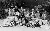 Openbare Lagereschool 1938-1939. Bovenste rij v.l.n.r.: Mevr. Nauta, Mevr. De Vries. 2e rij: Jan G. de Jong, Ruurd Sipkes, Fokke v.d. Duim, Rennie de Haan, Hiltje ?, Alie Kronemyer, Geertje de Vries, Sietse Wiegersma. 3e rij: Alie Drenth, Gretha v.d. Hoef, Jopie de Vries, Griet Scholte, Bjintze de Vos, Tjitske v.d. Kamp, Mevr. v.d. Kamp. 4e rij: Mevr. De Wit, Anneke Zwaga, Trijntje de Jong, Tine Zandstra, Itie Jousma, Jootje Jonkers, Rika Zwart, Frits Wiegersma, Henkie de Vries, Ankie de Boer, Aaltje Jonker, Pietje Huisman, Auke Coehoorn. 5e rij: Piet de Jong, Jopie de Vos, ?, Rensje de Jong, Han de Wit, Tinie Nauta, Juf v.d. Zwaag, v.d. Heide, Ernst de Vries, ?, Piet Wiegersma, Juf Apeldoorn.