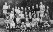 Openbare Lagereschool 1953. Boven v.l.n.r.: Meester Meeter, Rennie Wijnstra, Eise Heida, Anne Mulder, Tim Popma, Lutske Eyer, Albert van Apeldoorn, Wiepe de Jong, Geert de Vries, Mevr. De Lange, Meester De Jong, Brugt Mulder. 2e rij: Jan Betten, Johan de Jong, Hennie Jelsma, Oenie Hofstra, Martien Bergsma, Cobie v.d. Meer, Mevr. De Boer, Anneke Piersma, Auke Hoekstra. 3e rij: Jan Eisenga, Piet Hofstra, Lieuwe Bouma, Haaie Annema, Herman Dijkstra, Joke Foppes, Sjoekje de Lange, Dirk de Jong, Sjouke Bleeker, Geertje Bonnema, ?. 4e rij: Thea Tuininga, Puck Blauw, Rinie v.d. Werf, Jannie Beenen, Willie de Boer, Ellie Schaap, Jan Vonk, Eldert Krist.