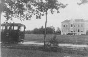 De tram van Drachten voor Louswold te Beetsterzwaag.