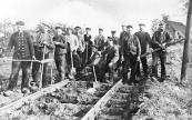 Deze arbeiders in dienst bij de N.T.M. zijn bezig met de aanleg van de tramlijn van Gorredijk naar Assen. Ze zijn hier inmiddels gevorderd tot de Leffertshutte onder Wijnjeterp. 6e van links de voorman S. Schiere, 4e van rechts Egbert de Boer.