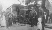 Bij het tramongeluk dat 11 aug. j.l. voor de pastorie te Langezwaag plaatsvond-  ontsporing van een locomotief en een passagiersrijtuig- liep alleen de maschinist 'n lichte wonde boven het oog op. De reizigers, onder wie verscheidene waren, die een pleizierreisje naar Olterterp maakten, kwamen allen met den schrik vrij. (Uit de krant van 1911)