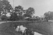 De tram op de lijn Drachten- Heerenveen passeert hier de brug bij de Knijpe, die op de grens tussen Opsterland en Schoterland lag.