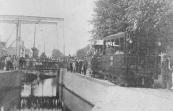 De tram neemt hier de gevaarlijke bocht bij de Lindegracht te Heerenveen.