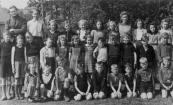 O.L.S. Gorredijk 1947. Bovenste rij v.l.n.r.: Meester Hans de Jong, Geert de Vries, Annie Sijtema, Richtje Rijkens, Fokje Jongedijk, Teatske de Vos, Nelie Winters, Zwaantje Winters, Margje Hijlkema, Titie de Vos, Bettie Wedman. 2e rij: Ynze de Vries, Gerrit Bijker, Jacob Bijker, Annie v.d. Werf, Dineke v.d. Heide, Annie v.d. Heide, Sjoukje Sijtema, Oeds de Vos, Riekele Huisman, Reinder Eisenga, Hendrik Bootsma, Piet Leffering. 3e rij: Louise Bootsma, Hilda Tabak, Jan Tabak, Appie Schippers, Albert Rinkema, Wiebe Rinkema, Jan Schippers, Hero de Vries, Ype Winters.