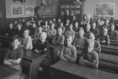 De Openbare Lagere school te Gorredijk in 1936. Met onderwijzer Jan Eisenga.