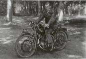 Een snelle FN motorfiets in Friesland. De heer H. Bottema uit Gorredijk op zijn FN type M67 uit 1926. Dit is een 500cc kopklepper. De motorfiets is voorzien van carbidverlichting en een fraaie duo-zitting.