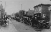 De automobiel van mijn opa Johannes Beenen. De foto is van een tocht voor de bejaarden uit Gorredijk, waarvan deze auto de voorste was. De start was in Gorredijk en de foto is genomen in Oosterwolde op 15 juli 1930, waar een pauze was. De auto is een Essex super six van 1925/26. Als chauffeur staat de heer A.Kramer naast de auto.  (Bron: Johan Beenen)