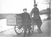 De bakkerskar van W.Blaauw met een onbekende jongeman.