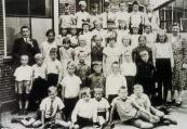 Hervomde school 1935 Bovenste rij: Hans Langhout, Jan Steenstra, Bertus Timmer, Bep de Snoo, Homme Peereboom, Albert de Jong, Siep Schuurmans. 2e rij: Meester Voortman, Hinke de Jong, Janke Langhout, Louwina Langhout, Gepke Dijkstra, Wiepkje v/d Bij, Wiesje Brouwer, Mieke Lap, Jopie Mulder, Geke Drenth. 3e rij: Karst Overwijk, Tjeerd v.d. Bij, Harm Buruma, Harmke Vissia, Sjoukje v.d. Iest, Gryt v.d. Bij, Geertje Bunschoten, Geertje Lap, Regina Hofmann, Annie Dijkstra, Juf.Stap. 4e rij: Sietse Steenstra, Jappie de Jong, Jan Koopmans, Kees Hoekstra, Douwe Lap, Gosse Koopmans. 5e rij: Klaas Overwijk, Henk Timmer, Sjoerd Peereboom, Jan de Boer, Lammert v.d. Wal.