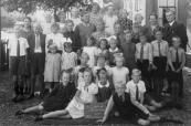 Openbare Lagereschool Kortezwaag 1941. V.l.n.r. achter: Trienke Looijenga, Anneke Kromsigt, Trijntje v.d. Mark, Joke de Jong, Saakje Houwing, Uilkje Koopmans, Jitske Houwing. 2e rij: Dirk Joustra, Wietse Leistra, Geert Krist, Tjitse Kramer, Tj. de Jong-de Bildt, Eise de Jong, Harm Kielstra, Johannes Kromsigt, J.de Groot-Reinbergen, B.Wapstra. 3e rij: Anna Krikke, Anna de Kroon, Neeltje Jansen, Mieke Looijenga, Auke Jongsma, N.N., Jelle, Sake en Lammert Koelma. Geknield: Geertje Krikke, Jantje Kramer, Janke Kromsigt. Vooraan: Sietse Lingsma