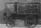 Bij de firma M. Oostwoud in Franeker werd rond 1920 deze bestelwagen (of rijdende winkel) voor W. de Graaf in Gorredijk gebouwd. ( Foto via Bauke S. Posthuma, Harlingen. Ex Oostwoud werknemer.)