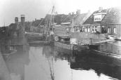Ook de basculebrug werd in april 1945 door terugtrekkende Duitse genietroepen opgeblazen. Het herstel werd opgedragen aan Pieter Hazewindus, maar hij kon de kelder door aanwezigheid van drijfzand niet droog krijgen. Het werk werd overgenomen door Gerrit Roorde uit Tijnje die daarvoor zwaarder materiaal tot zijn beschikking had.