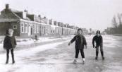 Schaatsen op de vaart, met op de achtergrond de nog niet afgebroken Vinkebuurt. Vanaf rechts Wietze Bron, Hilda Bron, N.N.