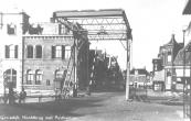 Deze hoofdbrug werd in april 1945 door terugtrekkende Duitse troepen zwaar beschadigd. De brug die over de Pastorieweg in Heerenveen lag was intact gebleven en daar niet meer gebruikt. Deze werd naar Gorredijk gebracht en zo kon reeds op 22 mei 1945 weer met trams tussen Heerenveen en Drachten worden gereden.
