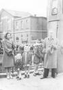 De weduwe van Gerk Numan met haar drie jonge kinderen bij de opening van de naar haar omgekomen echtgenoot genoemde hoofdbrug in 1948. Gerk Numan werd bij de bevrijding van Gorredijk in april 1945 door de Duitsers doodgeschoten.