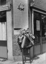 Kranslegging in mei 1990 bij het oude postkantoor op de hoek van de Kerkewal/ Hoofdstraat, ter nagedachtenis van de Joden die in de laatste wereldoorlog door de Duitsers werden vermoord.