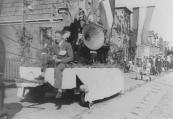 Optocht op 5 mei 1945, hier op de Molenwal. Ubele Bergsma of Bonne Bergsma (?) heeft de leidsels in handen.