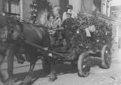 .Oeds de Boer met zijn wagen in de optocht van 5 mei 1945 op de Molenwal.