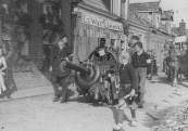 Optocht 5 mei 1945. Door het opblazen van de brug Molenwal/Kerkewal werden ook de huizen aan de de Molenwal beschadigd. De ramen van nummers 27 en 28 zijn met planken dichtgetimmerd.