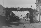 De Zuid- West Dubbelestraat in feesttooi in mei 1945.