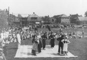 Volksfeesten op 5 mei 1945 met volksdansen en gymnastiek op het Marktterrein.