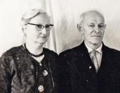 Fokke Riedstra en Hiltje Riedstra-Kuipers, Fokke Riedstra was vroeger gasfitter in Gorredijk en zijn vrouw Hiltje Riedstra -Kuipers deed veel aan voordragen. Zij woonden aan het Weike, 1965  (foto via Harm Frieswijk).