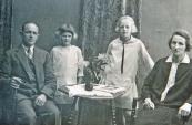 Een familiefoto van Fokke Riedstra en Hiltje Riedstra met hun dochters Rienie en Klaske woonachtig aan  t, Weike te Kortezwaag (foto via Harm Frieswijk)