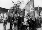 Voorafgegaan door tamboers Andries Hofman en Jelle Beenen met hoge hoed, liep de afdeling Gorredijk van de Communistische partij mee in de optocht van 5 mei 1945. In de eertse jaren na de wereldoorlog had deze partij nog een grote aanhang.