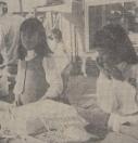 1969. Etta Donkers en Yvonne Wijngaard uit Gorredijk helpen een van de kooplui even een handje.