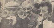 1961. Men krijgt honger van het drentelen, zin in een hartig hapje. Het is deze mensen aan te zien, dat de warme worsten werkelijk warm waren!