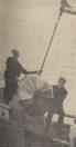 27-10-1959 Met vader de kermis op. De kleinste der beide jongens zit helemaal in het vliegtuig weggedoken, maar vader en de oudste zitten manhaftig elk op een vleugel. En al waait de wind heel koud om de oren, het is toch een enige sensatie, waarover morgen weer heel wat te vertellen valt