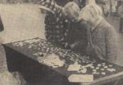 27-10-1959, Gerdyksler merke trof het niet bijzonder met het weer, wat evenwel geen beletsel was voor de duizenden, die deze bekende najaarsmarkt en kermis mee wilden maken. Er werden goede zaken gedaan door de standhouders, ook al moesten sommigen de affaire wel eens in de steek laten in een dikke bui. De vrouw van de byouterieën is er ook. van door en de drie meisjes hebben alle schatten en het stalletje alleen. En al hebben zij er reeds een vaag vermoeden van dat het niet alles goud is wat er blinkt, mooi en begerenswaardig zijn deze dingen toch.