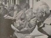 1991 Oktober, Met vette vingers genoten bezoekers van de Gerdykster Merke in Gorredijk gisteren van een smakelijk visje. Ondanks de kou werd de markt goed bezocht. Volgens marktmeester Tjeerd Popkema schuifelden duizenden mensen langs de kramen. Met 175 kramen was de markt iets groter dan andere jaren. Popkema meldde dat marktkooplui die op de bonnefooi waren gekomen, moesten worden teruggestuurd. Zij konden geen standplaats meer krijgen. De aanvoer van vee was dit jaar bedroevend. Slechts drie pony's, ongeveer zeven schapen en 324 runderen werden te koop aangeboden. Der wie in grutte feemerk yn Zwolle, verklaart Popkema de slechte aanvoer.( Foto LC/Jan de Vries)