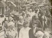 1989 Mei, De zonovergoten start van lentemaand mei maakte een bezoek aan de voorjaars-editie van de Gerdykster Merke tot een gezellig uitstapte. Volgens markt meester Tjeerd Popkema bleven de mensen gisteren langer hangen dan in voorgaande jaren De veehandelaren toonden zich tevreden over de omzet. Aan de balie verschenen 87 koeien en pinken. 8 schapen en 2 ponnies. Ondanks de grote drukte in de smalle straten in het centrum van Gorredijk, waar duizenden bezoekers doorheen schuifelden klaagden de kraamhouders over een tegenvallende kooplust. De verkopers van vis, patat en spiritualiën kwamen daarentegen handen tekort, want het kijken naar de uitgestalde waren maakte kennelijk wel hongerig en dorstig. De horecagelegenheden in de Hoofdstraat barstten ver voor het middaguur al bijna uit hun voegen.