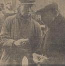 1965 Oktober, Hoeveel mensen er gisteren eigenlijk in Gorredijk zijn geweest, zal altijd wel en raadsel blijven. Volgens bejaarde Gerdykster Merke-gangers zijn er nog nog nooit zo veel geweest! Marktmeester A. Noppert vertelde na afloop van de markt, dat er 260 koeien waren aangevoerd. En verder 152 kalveren en 103 schapen. Vorig jaar waren er evenveel koeien, maar veel minder kalveren en schapen.