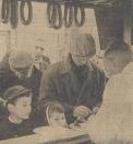 1962 Oktober, Een hartig hapje op zijn tijd is welkom na een halve dag rondslenteren door drukte en lawaai.